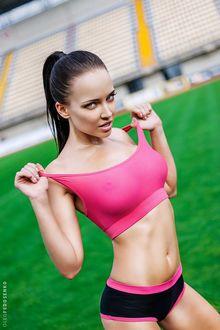 Фото Модель Ангелина с хвостиком, в открытой спортивной форме на фоне стадиона. Фотограф Олег Федосенко