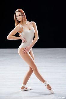 Фото Модель Екатерина в купальнике и в пуантах смотрит в сторону. Фотограф Олег Федосенко