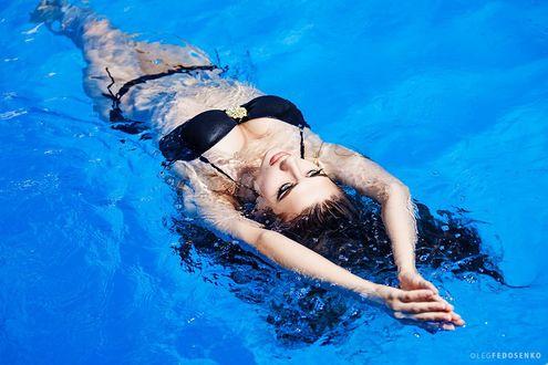 Фото Модель Даша в черном купальнике в воде, Фотограф Олег Федосенко