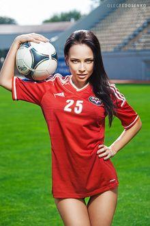 Фото Модель Ангелина в красной спортивной футболке держит футбольный мяч на плече, Фотограф Олег Федосенко