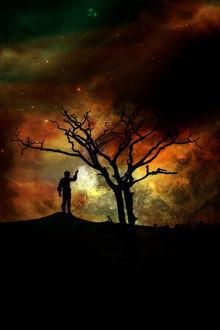 Фото Силуэт мужчины с молниями в руке, стоящего на горе у дерева на фоне космического неба, by amiens