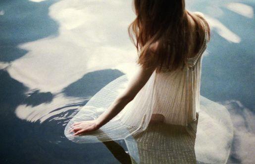 Фото Девушка стоит в воде