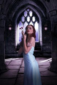 Фото Над рукой рыжеволосой девушки в белом платье порхает бабочка, by amiens