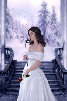 Фото Девушка в белом платье с розой и маской в руках, на фоне зимнего пейзажа, by amiens