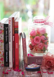 Фото Баночка с розовыми бутонами роз стоит возле книг, by Theresahelmer (© Arinka jini), добавлено: 19.03.2017 02:34