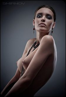 Фото Обнаженная девушка с бусами, фотограф Дмитрий Смирнов