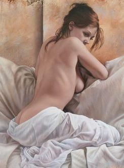 Фото Обнаженная девушка прикрытая простыней