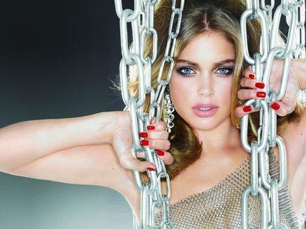 Фото Красивая девушка держит цепи