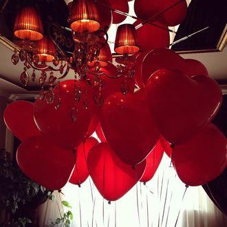 Фото Красные воздушные шары в форме сердца повисли до потолка рядом с люстрой (© a_m_i_na), добавлено: 19.03.2017 19:38
