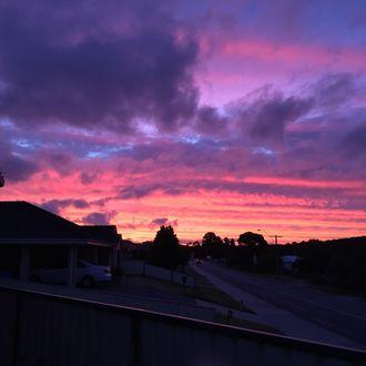 Фото Необычный окрас неба и облаков над улицей