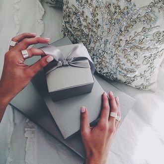 Фото Женские руки развязывают бант на подарочной коробке (© a_m_i_na), добавлено: 19.03.2017 19:57
