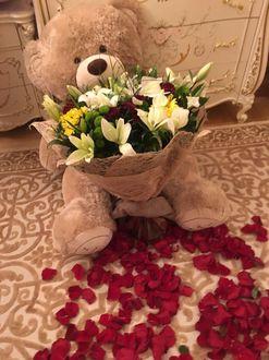 Фото На полу, усыпанном лепестками роз сидит плюшевый мишка с букетом цветов (© a_m_i_na), добавлено: 19.03.2017 20:01