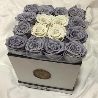 Фото На белой постели стоит светлая коробка, в которой серые и белые розы (Le Fleur) (© a_m_i_na), добавлено: 19.03.2017 20:05