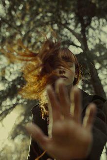 Фото Девушка с рыжими волосами держит руку перед собой, фотограф Marta Bevacqua (© zmeiy), добавлено: 20.03.2017 00:10
