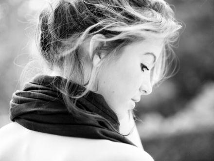 Фото Грустная модель Rosanna / Розанна в шарфике смотрит, думает о жизни, фотограф Olivia Bell (© Ирис-S), добавлено: 20.03.2017 04:10