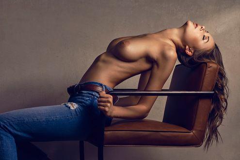 Фото Девушка в джинсах сидит на стуле, фотограф Martin Strauss (© zmeiy), добавлено: 20.03.2017 14:47