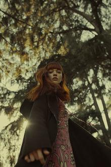 Фото Девушка с рыжими волосами стоит на фоне дерева, фотограф Marta Bevacqua (© zmeiy), добавлено: 20.03.2017 15:38