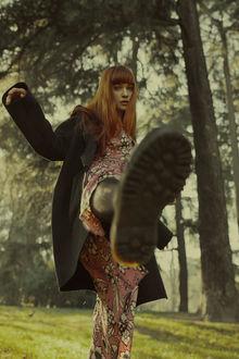 Фото Девушка с рыжими волосами подняла ногу вперед, фотограф Marta Bevacqua (© zmeiy), добавлено: 20.03.2017 15:40