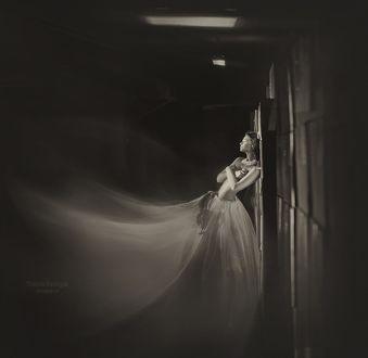 Фото Полуобнаженная девушка стоит у стены, фотограф Надежда Шибина