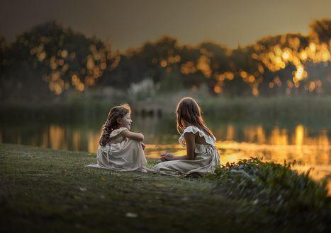 Фото Девочки сидят на берегу реки, фотограф Elena Shumilova