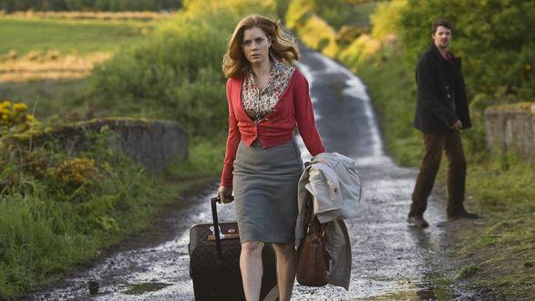 Фото Девушка, собрав вещи свои, уходит от мужчины