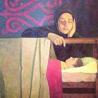 Фото Женщина - мать сидит рядом с койкой спящего ребенка