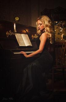 Фото Светловлосая девушка играет на пианино, Фотограф Денис Петров