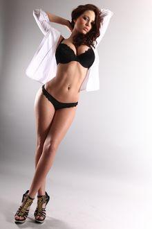 Фото Модель Сабина Емельянова в черном нижнем белье и расстегнутой белой блузке