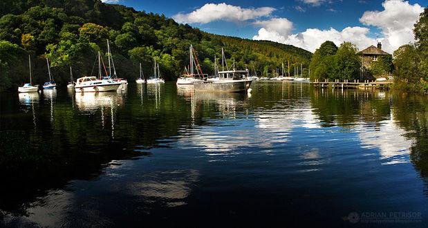 Фото Яхты на воде, на живописном природном фоне, by Adrian Petrisor