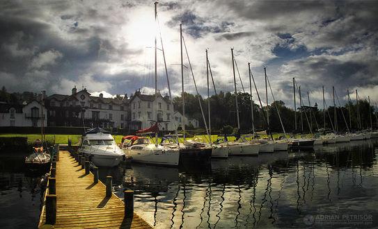 Фото Яхты на воде у берега на фоне домов и облачнго неба, by Adrian Petrisor