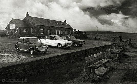 Фото Авто старых моделей стоят у дома, by Adrian Petrisor