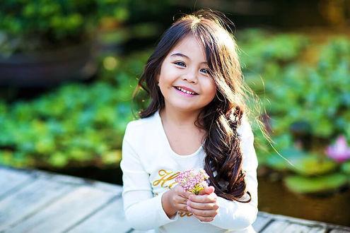 Фото Улыбающаяся девочка - модель Малика с цветами в руке, фотограф Виктория Старцева