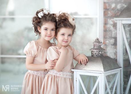 Фото Две девочки в кремовых платьях, с украшениями на волосах. Фотограф Марина Яблоновская