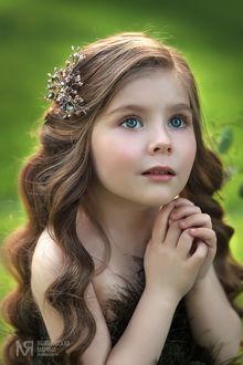 Фото Портрет красивой девочки с серыми глазами на зеленом фоне. Фотограф Марина Яблоновская