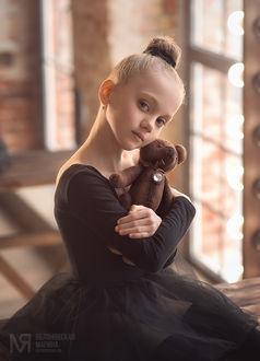 Фото Милая девочка с игрушкой - медведем в руках. Фотограф Марина Яблоновская