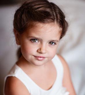 Фото Портрет милой улыбающейся девочки с зелеными глазами. Фотограф Диана Аникеева