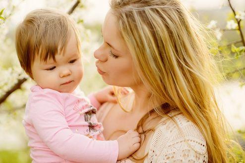 Фото Светловолосая девушка - мама держит на руках девочку - дочку. Фотограф Марина Яблоновская