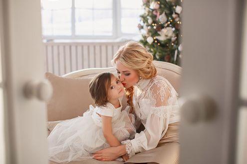 Фото Светловолосая девушка - мама целует дочку. Фотограф Лилия Ульянова