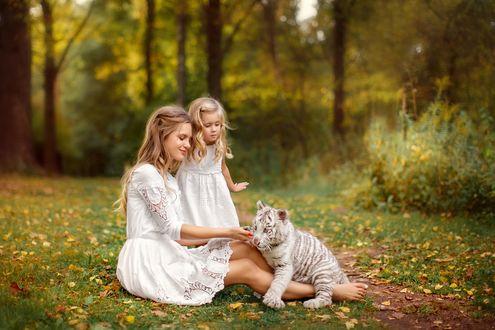 Фото Свеловолосые девушка и девочка с белым тигренком на природе. Фотограф Лилия Ульянова
