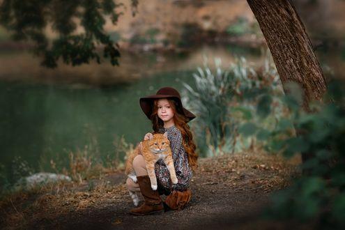 Фото Рыжеволосая девочка с рыжим котом на рукахна фоне природы. Фотограф Илья Двояковский