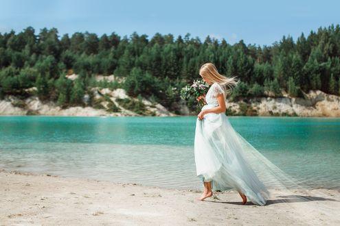 Фото Девушка в белом платье с цветами на побережье водоема. Фотограф Лилия Ульянова