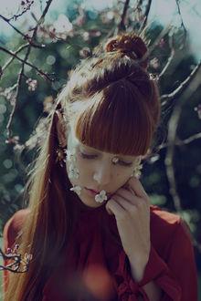 Фото Девушка с рыжими волосами с весенними цветочками на лице, фотограф Marta Bevacqua
