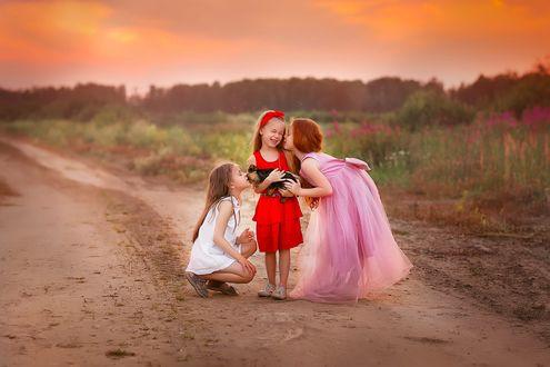 Фото Три девочки с собакой на фоне природы. Фотограф Лилия Ульянова