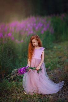 Фото Рыжеволосая девочка в розовом длинном платье с букетом цветов Иван-чай. Фотограф Лилия Ульянова
