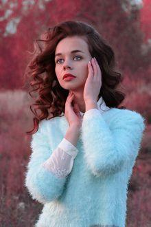 Фото Девушка с руками у лица смотрит вдаль на размытом осеннем фоне. Фотограф Елена Бушуева