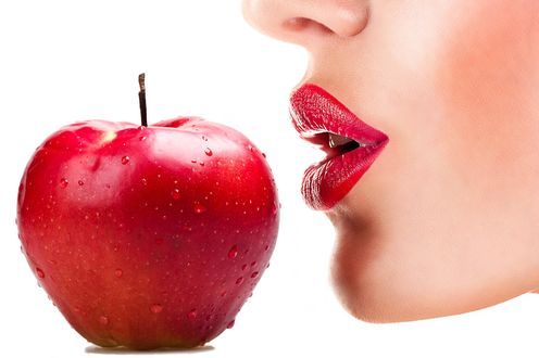 Фото Красное яблоко в каплях у губ девушки