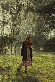 Фото Девушка с рыжими волосами стоит на зеленой траве, фотограф Marta Bevacqua