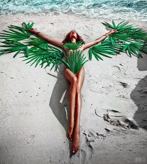 Фото Девушка в тропических листьях лежит на пляже, фотограф Светлана Беляева