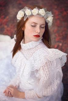 Фото Рыжеволосая девушка в венке из цветов, в белом платье, с закрытыми глазами. Фотограф Таня Маркова