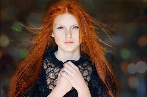 Фото Рыжеволосая модель Кристи в черном прижала руки к груди на размытом фоне с боке. Фотограф Таня Маркова